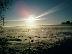 Atemberaubende Winterlandschaft in Wernigerode im Glanz der Sonnenstrahlen