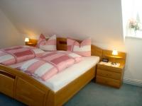 Das große Schlafzimmer mit Doppelbett lädt Sie ein, die absolute Nachtruhe zu genießen