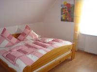 2. Schlafzimmer mit Doppelbett und Morgensonne (die Sie durch die Außenjalousie bändigen können)