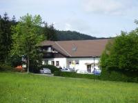 Die Pension und die Ferienwohnung *** liegen idyllisch am Waldrand von Altenbrak - Ortsteil von Thale - zwischen Quedlinburg, Wernigerode, Halberstadt.