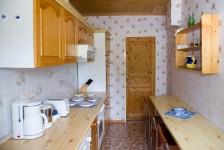 Die Küche mit kühlschrank, Herd,Geschirrspüler u. diversen Haushaltsgeräten.