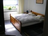 Hauptschlafzimmer mit Doppelbett, in diesem Raum ist noch eine weitere Aufbettung möglich