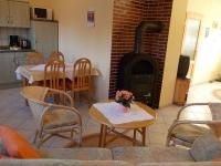 Küchenzeile und Sitzecke vor dem Kaminofen in der Ferienwohnung