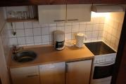 Küchenzeile  mit Geschirrspüler, Mikrowelle, Backofen und einer umfangreichen Küchenausstattung