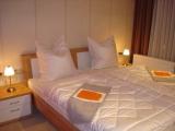 Die Absolute Nachtruhe finden Sie in dem Schlafzimmer mit Doppelbett, 2. TV und 2.Zugang zum Balkon