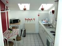 Komplette Küche mit kleinem Essplatz für den schnellen Imbiss