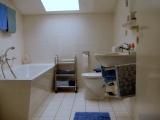 Tageslicht-Bad mit Badewanne und separater Dusche