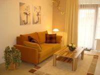 Das Sofa lässt sich bei Bedarf zu einem Doppelbett verwandeln.