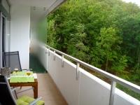 Der große Balkon (Zugang vom Wohnzimmer und Schlafzimmer) lädt zum Frühstück in der Morgensonne ein