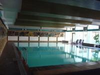 Das große, wohltemperierte Schwimmbad (10x20m, 28°C) befindet sich im Haus und hat von 7:00 - 22:00 Uhr geöffnet und ist für unsere Gäste kostenlos zu nutzen. 2 Saunen laden kostenlos zum Schwitzen ein.
