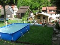 Garten mit Pool und Gartenhäuschen