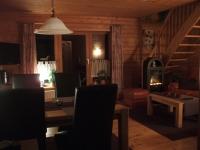 Durch den nordischen Kaminofen (elektrisch - zur Sicherheit unserer kleinen Gäste) werden Sie gerade abends von der Gemütlichkeit im Haus begeistert sein
