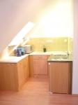 voll ausgestattete Küche mit Mikrowelle, Kühlschrank und 2-Platten-Herd
