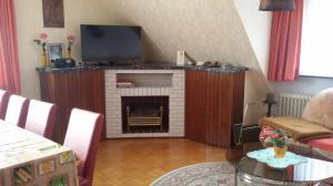 Flachbild-Fernseher und elektrisches Kaminfeuer
