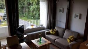 Der Wohn-/Essraum mit großer Fensterfront und Panoramablick