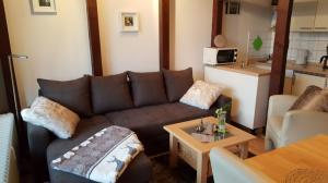 Der Wohnbereich mit bequemer Doppelschlafcouch