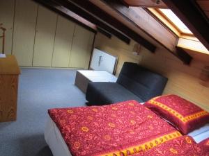Schlafzimmer oben mit Dachschräge und Einbaukleiderschrank.