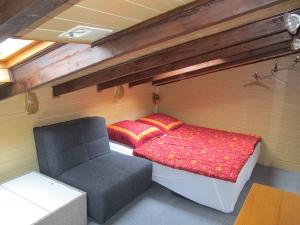 Schlafzimmer oben mit Dachschräge. 2 Schlafsessel ausgezogen.
