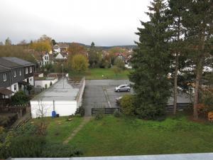 Blick vom Balkon Parkplatz und Bad Sachsa