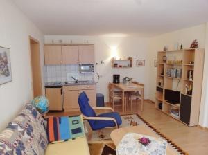 Wohnbereich mit Küchenzeile und Essplatz