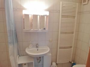 Modernes Bad mit großer Dusche
