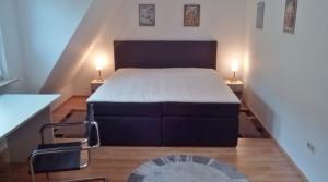 Neu: Schlafzimmer mit Boxspringdoppelbett in der Atelierwohnung