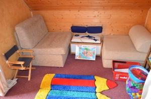 im Durchgangsraum mit Gardine abtrennbar die Kinderspielecke bzw. 2 x Schlafsessel