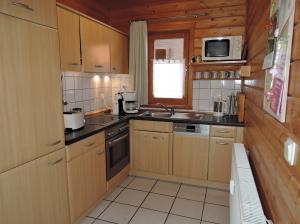 Komfortable Kochküche, Spülmaschiene, Kaffeeautomat Senseo, Mixer