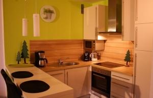 Die neue Einbauküche mit kompletter Ausstattung - offen mit Esstresen zum Wohnraum