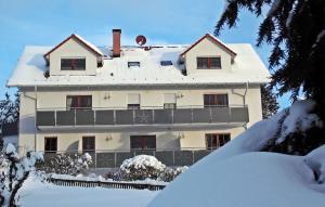 Braunlage im Winter 2018, Schnee, kein Wind, Sonne und blauer Himmel.