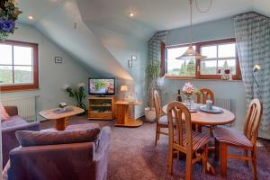Wohnzimmer mit SAT - TV, Essecke, Schlafsofa, Sessel, Panoramablick.