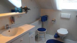 Bad mit Wanne/Dusche, WC, Waschtisch, Föhn, Kosmetik Spiegel.